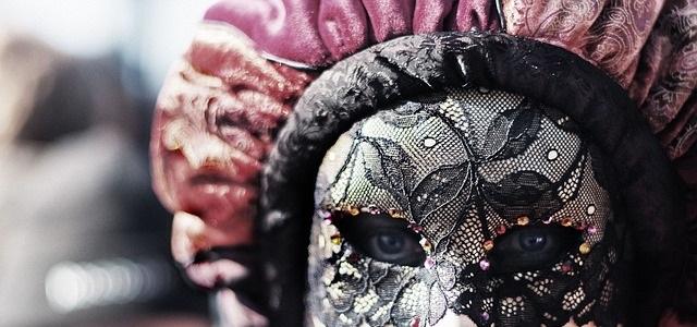 女性が仮面をかぶっている写真