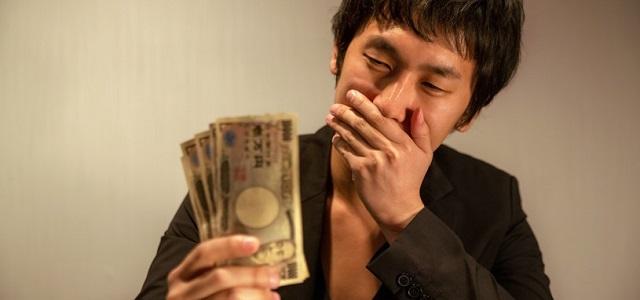 お金をもらって喜ぶスカウトの写真