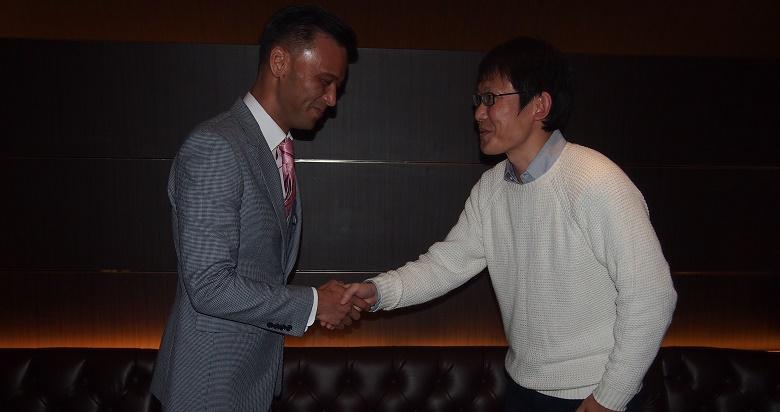 蘭○店長と握手